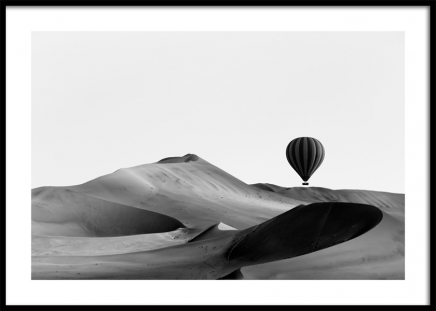 Hot Air Balloon Over Dunes Juliste ryhmässä Julisteet / Koot / 50x70 cm @ Desenio AB (11488)