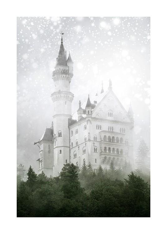 – Valokuva valkoisesta kimalteiden peittämästä linnasta ja mäntypuista